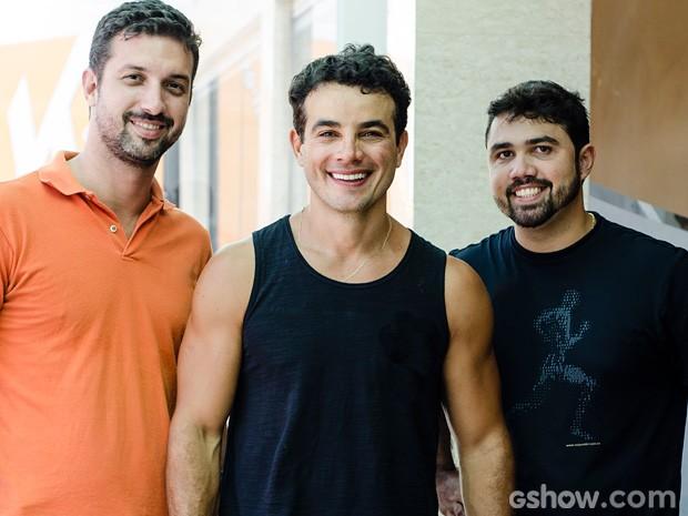 Anderson ao lado de seu personal, Douglas Motta (dir.) e Mauro Bezerra (esq.) (Foto: Ellen Soares / TV Globo)