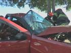 Motorista bate carro em árvore e fica preso às ferragens em Limeira, SP