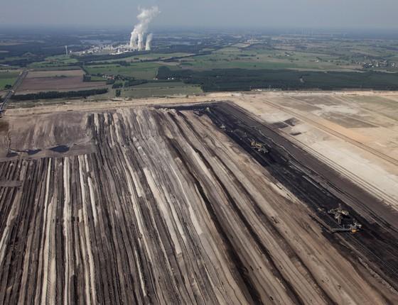 A mina de carvão de Jaenschwalde, na região de Brandenburgo, leste da Alemanha. No fundo, a usina termelétrica de mesmo nome. A operação de mineração ameaça um vilarejo próximo (Foto: Sean Gallup/Getty Images)