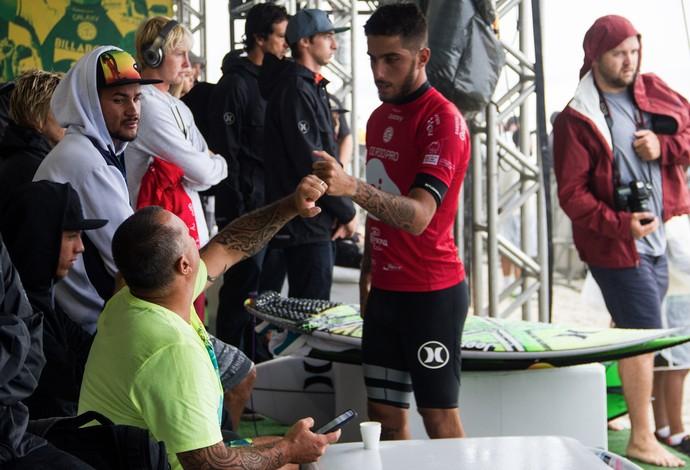 Filipe Toledo comemorou a vitória em condições desafiadoras com o pai, Ricardo Toledo (Foto: Rafael Moura)