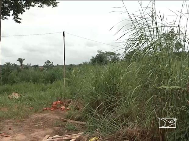 Vítimas de golpe da casa própria esperavam receber casa que ficaria neste terreno (Foto: Reprodução / TV Mirante)
