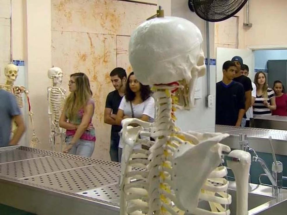 Estudantes durante aula de medicina (Foto: Reprodução/EPTV)