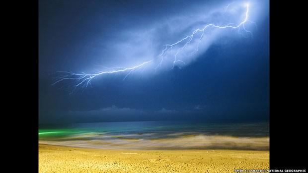 Esse raio foi fotografado no Norte do Irã (Foto: Amir Ali Sharifi/National Geographic/via BBC)