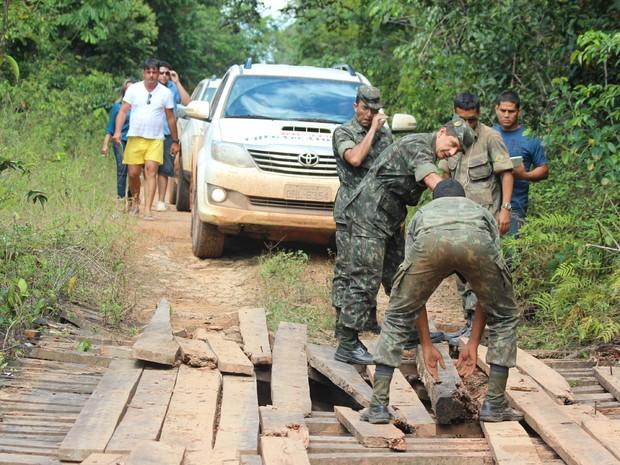 Exército teve que fazer conserto emergenciais em pontes quebradas (Foto: Taísa Arruda/G1)