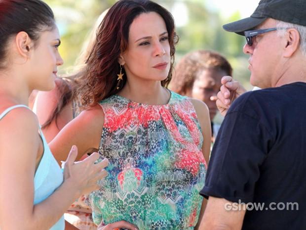 Vanessa Gerbelli e Jessika Alves recebem orientações do diretor (Foto: Pedro Curi/ TV Globo)