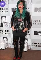 Look do dia: Demi Lovato aposta em visual roqueiro e cabelo turquesa