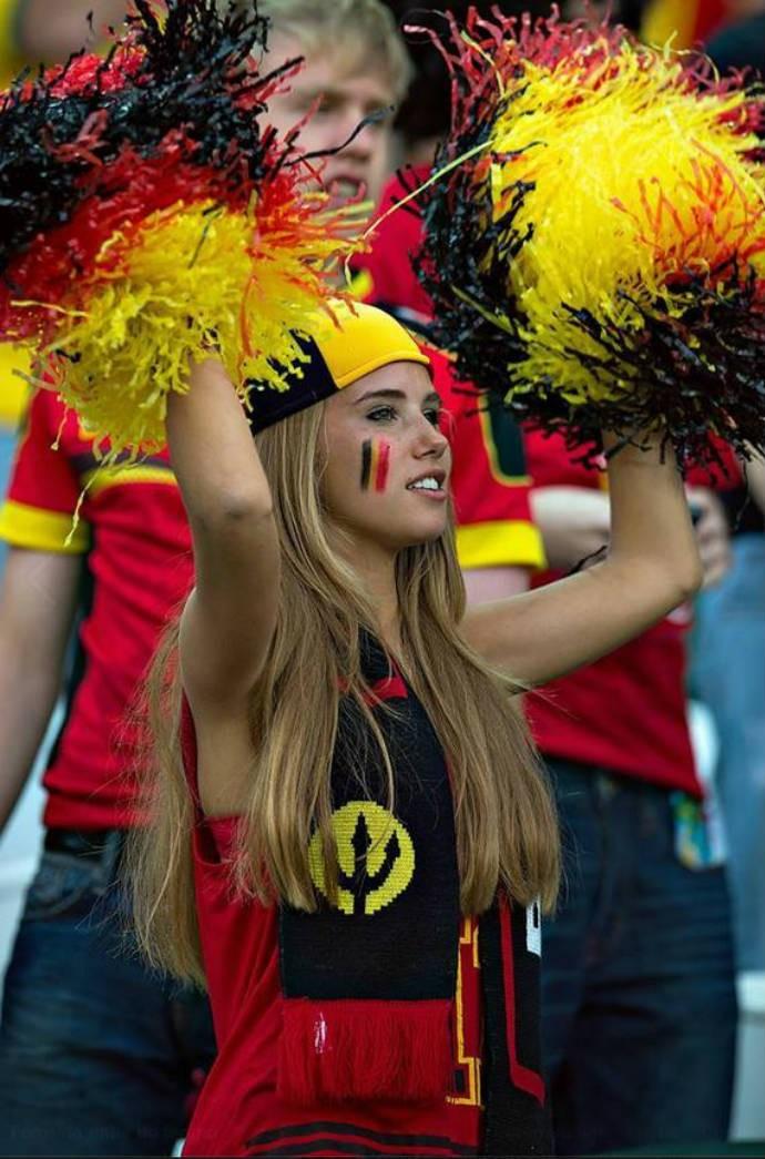 Axelle, a musa da Bélgica, torcendo para a seleção