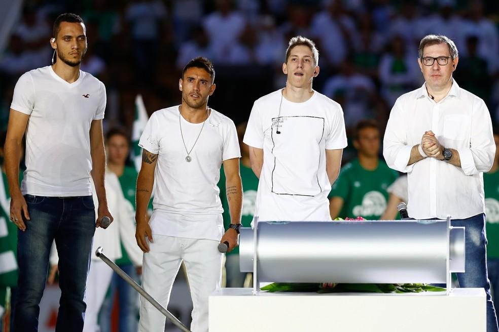 Neto, Alan Ruschel, Jakson Follmann e Rafael Henzel: os quatro sobreviventes brasileiros foram homenageados (Foto:  Buda Mendes/Getty Images)