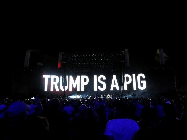 Frase de protesto contra Donald Trump é projetada durante show de Roger Waters no festival Desert Trip, em Indio, California (EUA) (Foto: REUTERS/Mario Anzuoni)