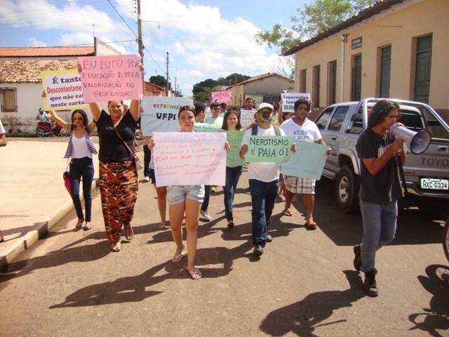Cerca de 150 pessoas fizeram um protesto no Centro de Esperantina (Foto: Kiara Alves)