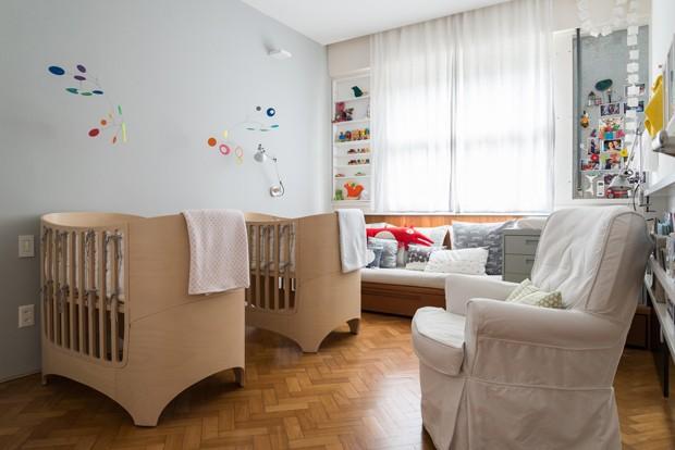 Otto e Lina dividem o quarto com inspiração escandinava (Foto: Sambacine/Divulgação)