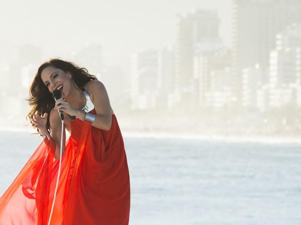 Bebel Gilberto no show do DVD 'Bebel Gilberto in Rio', gravado na praia do Arpoador (Foto: João Wainer/Divulgação)