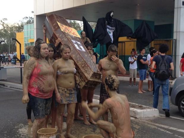 Grupo protesta em frente à Vale, espírito santo (Foto: Frente Capixaba de Lutas/ Divulgação)