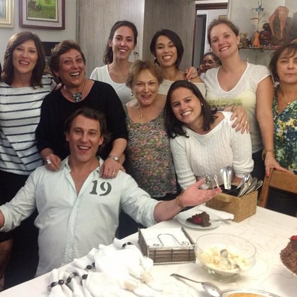 """Nas redes sociais, Paulo Goulart Filho comemora a presença da família em sua festa de aniversário: """"Mulheres da minha vida"""" (Foto: Reprodução/Instagram)"""