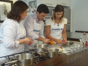 Apresentadores preparam a sobremesa (Foto: Tatiana Pereira/RBS TV)