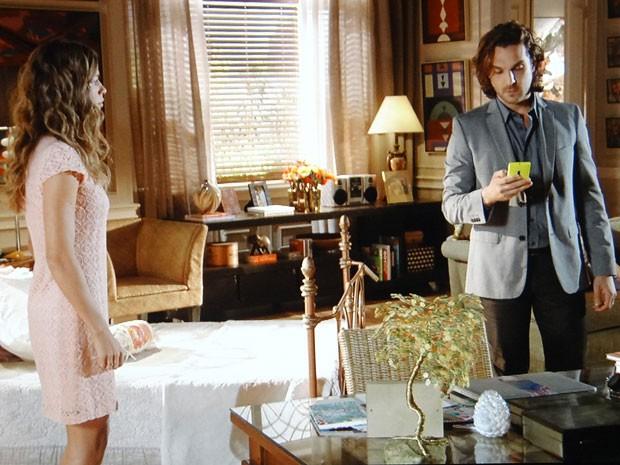 Alberto toma celular de Ester e vê ligação para Cassiano (Foto: Flor do Caribe / TV Globo)