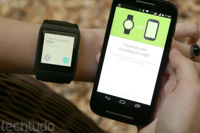 Dê ok na bola azul do Smartwatch 3 (Foto: Carol Danelli/TechTudo)