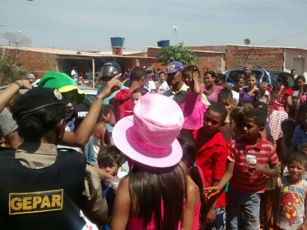 O Grupo Especializado de Policiamento em Áreas de Risco (Gepar) da 158 Companhia da Polícia Militar de Uberlândia realizou, nesta segunda-feira (12), uma ação para comemorar o Dia das Crianças. Brinquedos e guloseimas foram distribuídos para cerca de duas mil crianças nos bairros Dom Almir e Prosperidade, e também no acampamento Maná, próximo ao Bairro Morumbi. (Foto: PM/Divulgação)