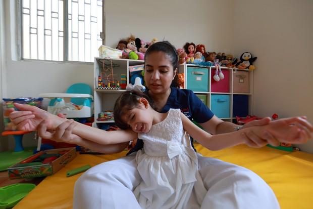 Graciela faz fisioterapia em sua casa no México (Foto: AFP Photo/Carlos Ramirez)