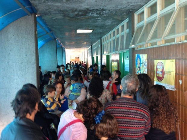 No Posto Silvio Henrique Braune, no Suspiro, centenas de pessoas foram se vacinar nesta segunda (Foto: Fernando Moraes / Inter TV)
