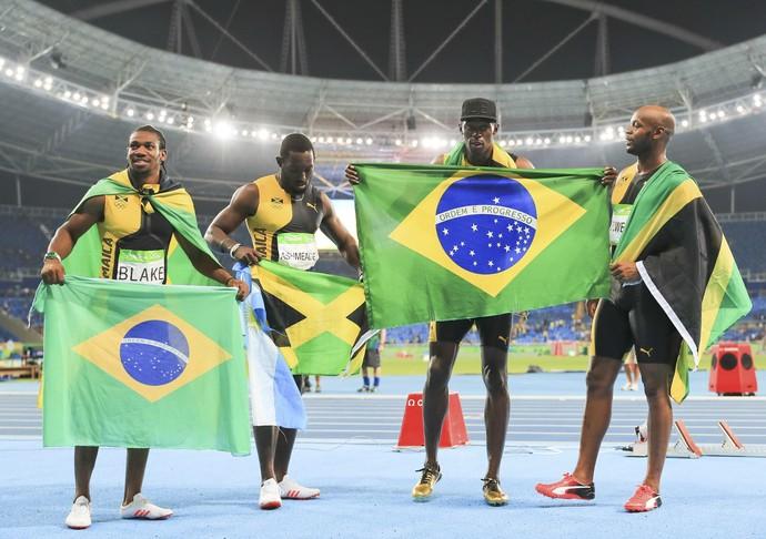 Bolt - ouro 4x100m -bandeira do Brasil (Foto: REUTERS/Dominic Ebenbichler)