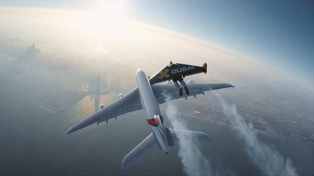 O ex-piloto e aventureiro suíço Yves Rossy, também conhecido como Jetman, vestiu novamente suas asas e voltou a voar (Foto: BBC)