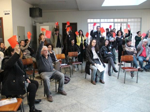 Cerca de 100 docentes aprovaram estado de alerta por unanimidade, em assembleia realizada nesta quarta-feira (6) (Foto: Manoel Moabis/Divulgação/Sinduepg)
