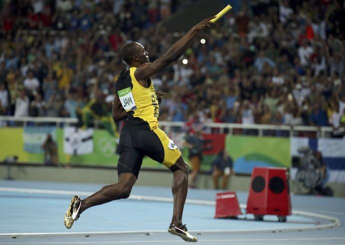 Bolt comemora ouro no revezamento 4x100m (Foto: Gonzalo Fuentes/REUTERS)