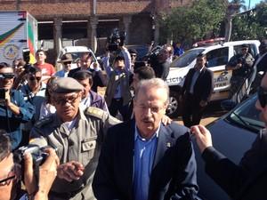 Governador Tarso Genro chega a São Borja, RS, para exumação dos restos mortais de Jango (Foto: Marcio Luiz/G1)