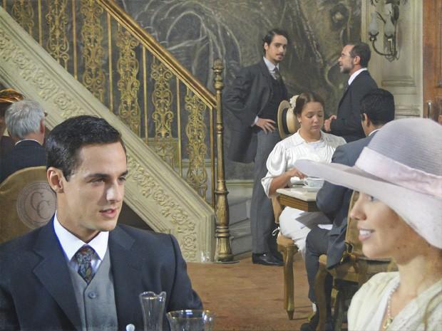 Jonas toma susto ao ver Alice de papo com outro na Confeitaria (Foto: Lado a Lado/TV Globo)