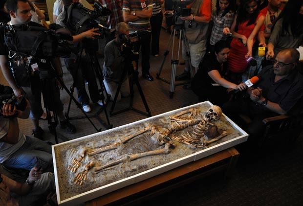 Esqueleto apresenta estaca de ferro encravada no peito. (Foto: Nikolay Doychinov/AFP)