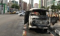 Kombi pega fogo na avenida Visconde de Souza Franco, em Belém (Reprodução/TV Liberal)