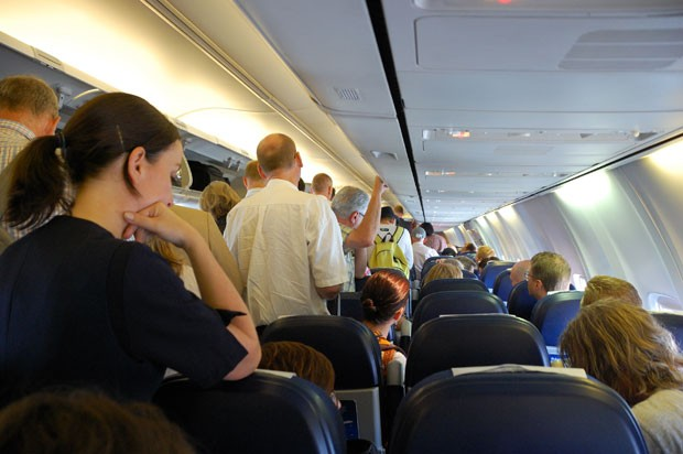 Passageiros em pé no interior de um avião (Foto:  Cha già José/Creative Commons)