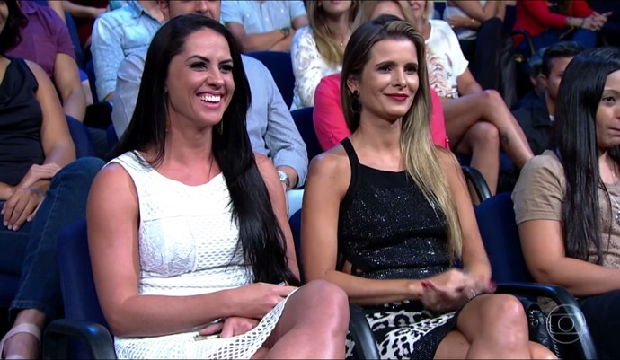 Flávia Fonseca, esposa de Luciana, e Graciele Lacerda, namorada de Zezé, assistem à entrevista (Foto: TV Globo)