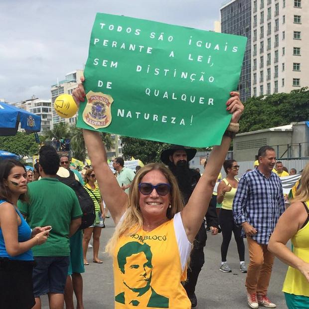 Susana Vieira mostra um cartaz durante a manifestação (Foto: Reprodução/Instagram)