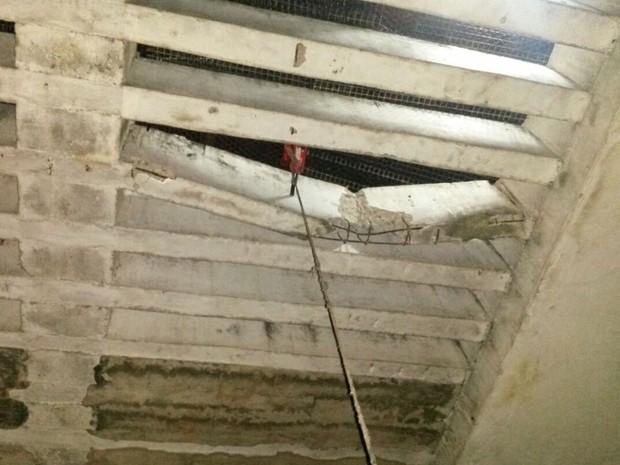 Detentos romperam vigas do teto com macaco hidráulico (Foto: Divulgação/ Polícia Civil)