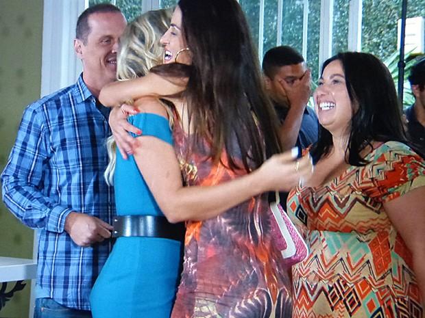 Selma abraça Heloísa e interrompe gravação do programa (Foto: Além do Horizonte/TV Globo)