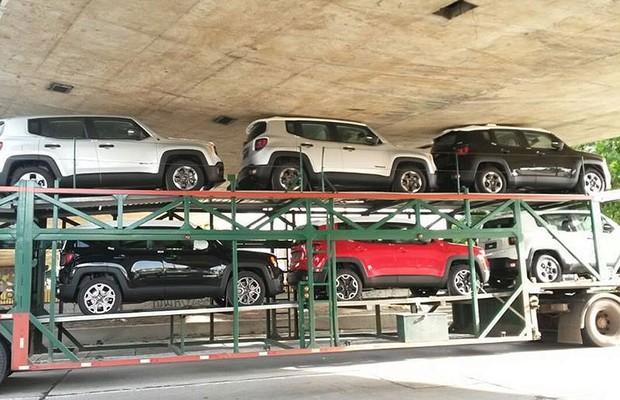 Caminhão que transportava unidades do Jeep Renegade entala no Recife (Foto: Reprodução)