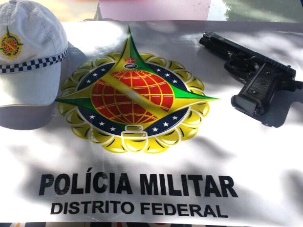Arma de brinquedo foi apreendida pelos policiais militares (Foto: Polícia Militar/Divulgação)