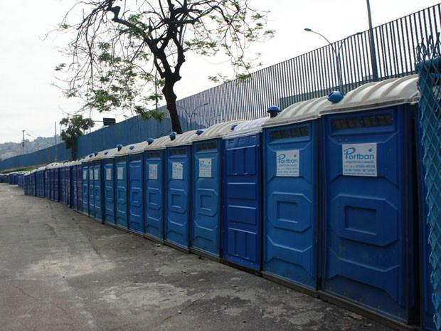 Mais de 200 banheiros químicos foram instalados no Sambódromo, onde vai funcionar alojamento para a Cúpula dos Povos (Foto: Glauco Araújo/G1)
