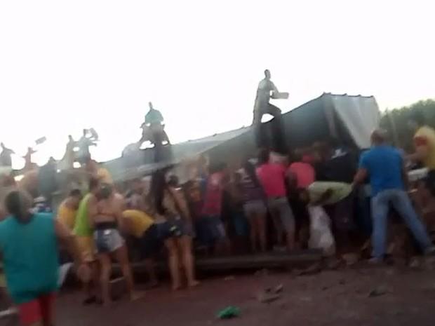 Motoristas saquearam carga de café na tarde desta quinta-feira (7) em Miguelópolis, SP (Foto: Fábio Reis/Divulgação)