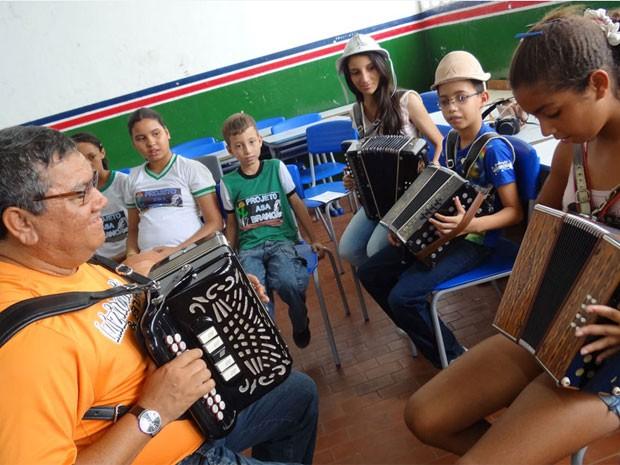 Luizinho Calixto criou didática para facilitar o ensino (Foto: Luna Markman/G1)