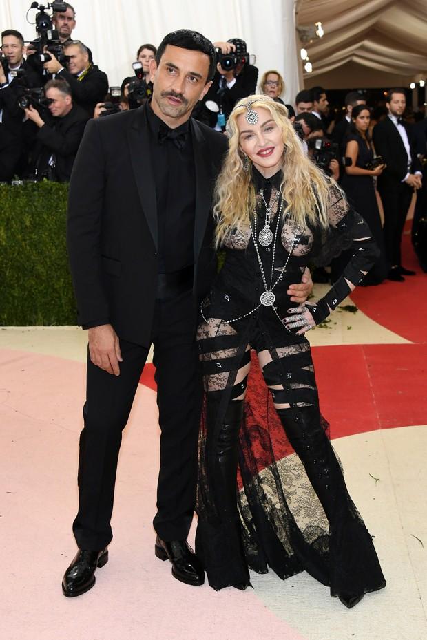 Ricardo Tisci e Madonna no MET (Foto: AFP / Getty)