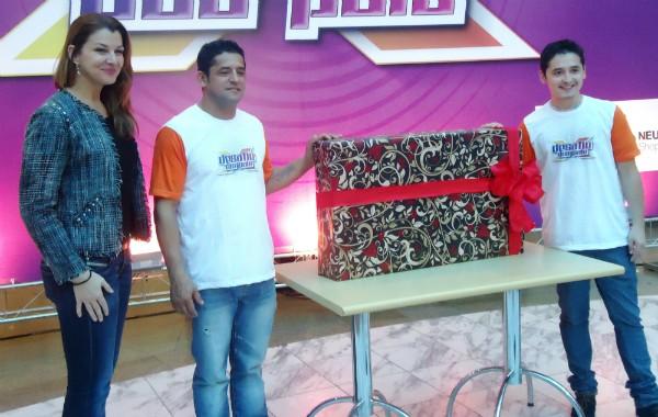 João e Dieymison Varela com a TV que ganharam no Desafio dos Pais (Foto: Jane Ouriques/RBS TV)