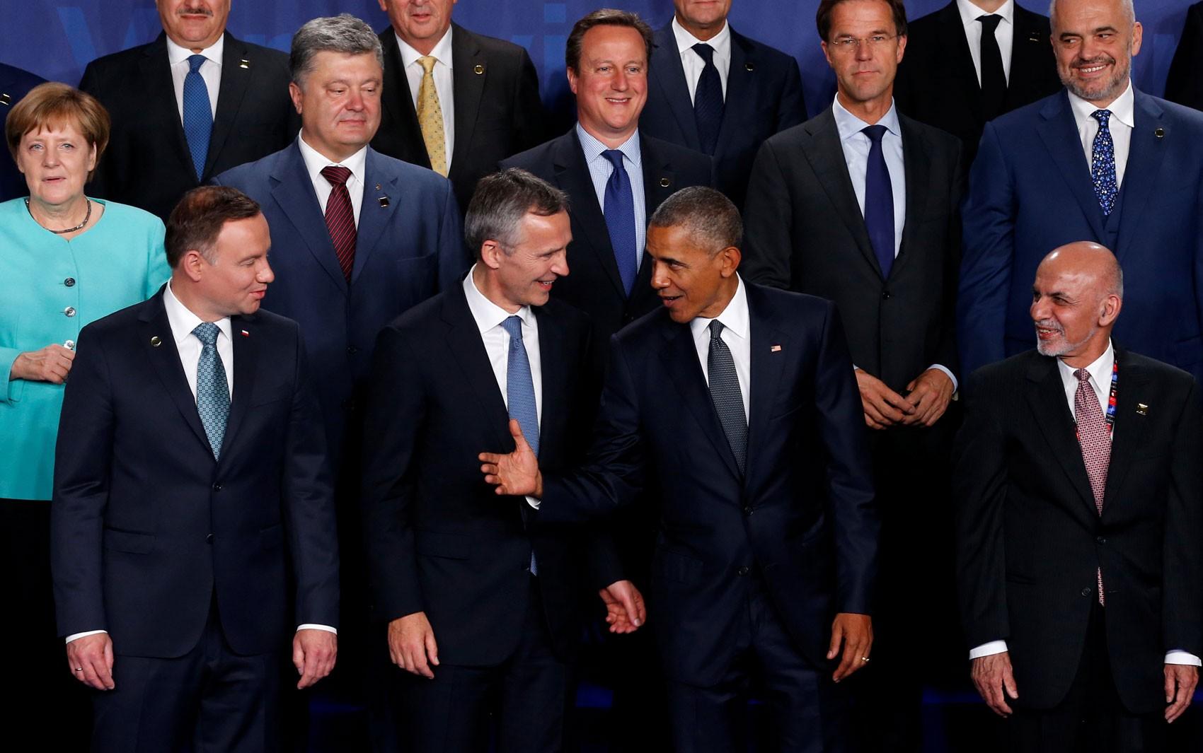 A primeira-ministra da Alemanha, Angela Merkel, o presidente da Ucrânia, Petro Poroshenko, os primeiros-ministros britânico, David Cameron, da Holanda, Mark Rutte, e da Albânia, Edi Rama, o presidente da Polônia, Andrzej Duda, o secretário geral da OTAN,  (Foto: Reuters/Jonathan Ernst)