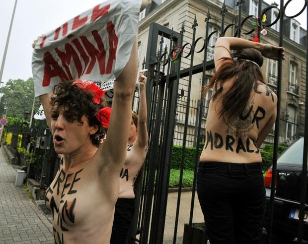 Ativistas do Femen protestam nesta quinta-feira (30) em frente à embaixada tunisiana em Bruxelas, na Bélgica, pela libertação de Amina (Foto: AFP)