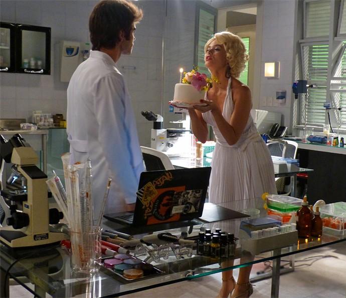 Cassandra invade laboratório e surpreende Fabinho (Foto: TV Globo)