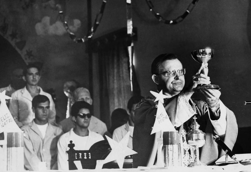 O então Bispo Auxiliar da Zona Norte de São Paulo, Dom Paulo Evaristo Arns, durante missa de fim de ano no Pavilhão 3 da Penitenciária do Carandiru, em São Paulo, em dezembro de 1968 (Foto: Estadão Conteúdo/Arquivo)