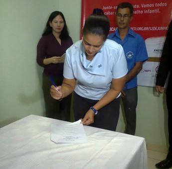 Isabela Drago; vice-presidente do Tapajós; assinando o termo de parceria com o TRT (Foto: Rafael Ferreira/TV Tapajós)