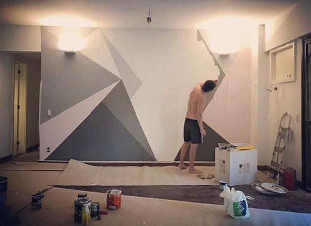 Pedro Neschling pinta parede de casa (Foto: Reprodução/Instagram)
